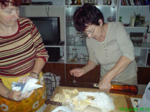 zahájili jsme pečení cukroví;))) U babičky je teď veselo;)