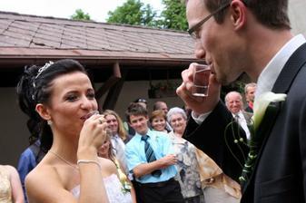první novomanželský přípitek;) slivovicí