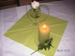 výzdoba na stoly - byly i bílé svíčky