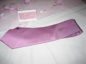 ženichova kravata a jmenovka na stůl