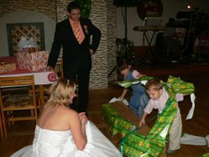 na rozbaľovanie darčekov sme mali malých pomocníkov
