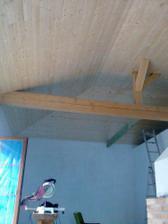 """Pohled na strop v obývací části - zleva francouzké okno, vpravo """"záda"""" krbu"""