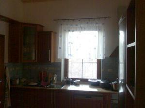 Kuchyně - kvůli sporáku je záclona jen krátká ještě ji upravím pomocí ozdobných kroužků...