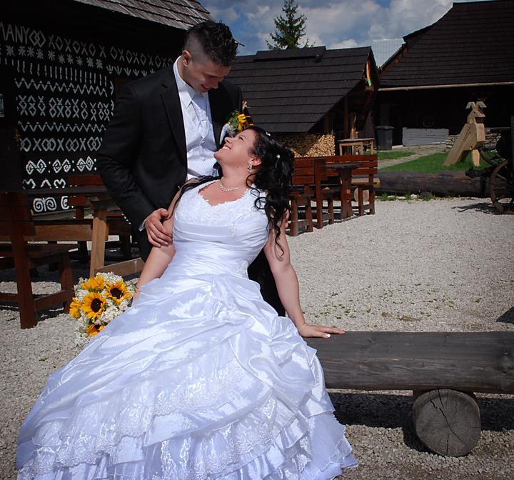 Katka{{_AND_}}Pavol - tu tie šaty krásne vidieť, na slnku sa leskli presne takto .-)