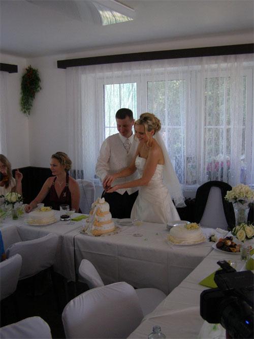Úžasná svatba na Montelope - Radka a Radek - ........nakrojení svatebního dortu.....