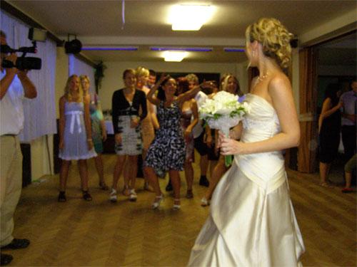 Úžasná svatba na Montelope - Radka a Radek - Házení svatební kyticí...