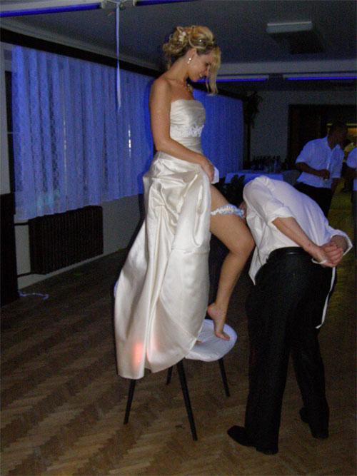 Úžasná svatba na Montelope - Radka a Radek - ....sundávání podvazku.... jestlipak se podaří ? :)