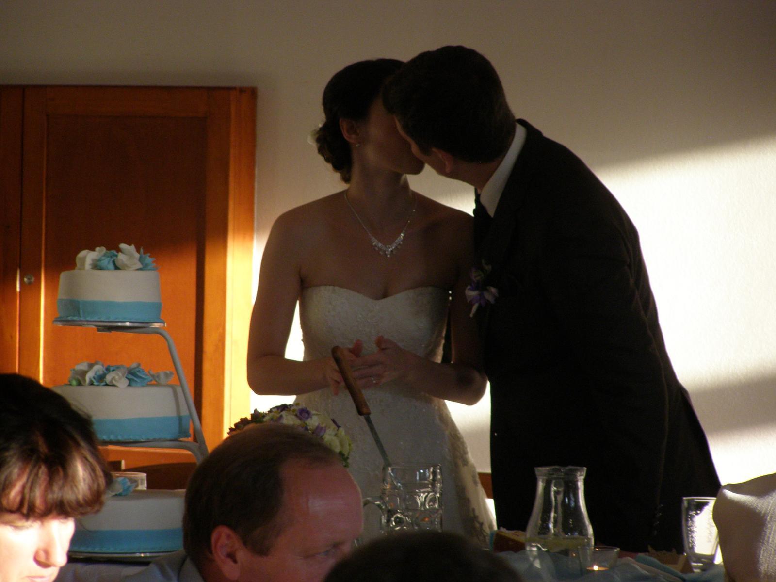 Pivovar Podlesí - svatba 2.9.2016 - ...krájení svatebního dortu.... a ani u toho polibek nesmí chybět....    :o)