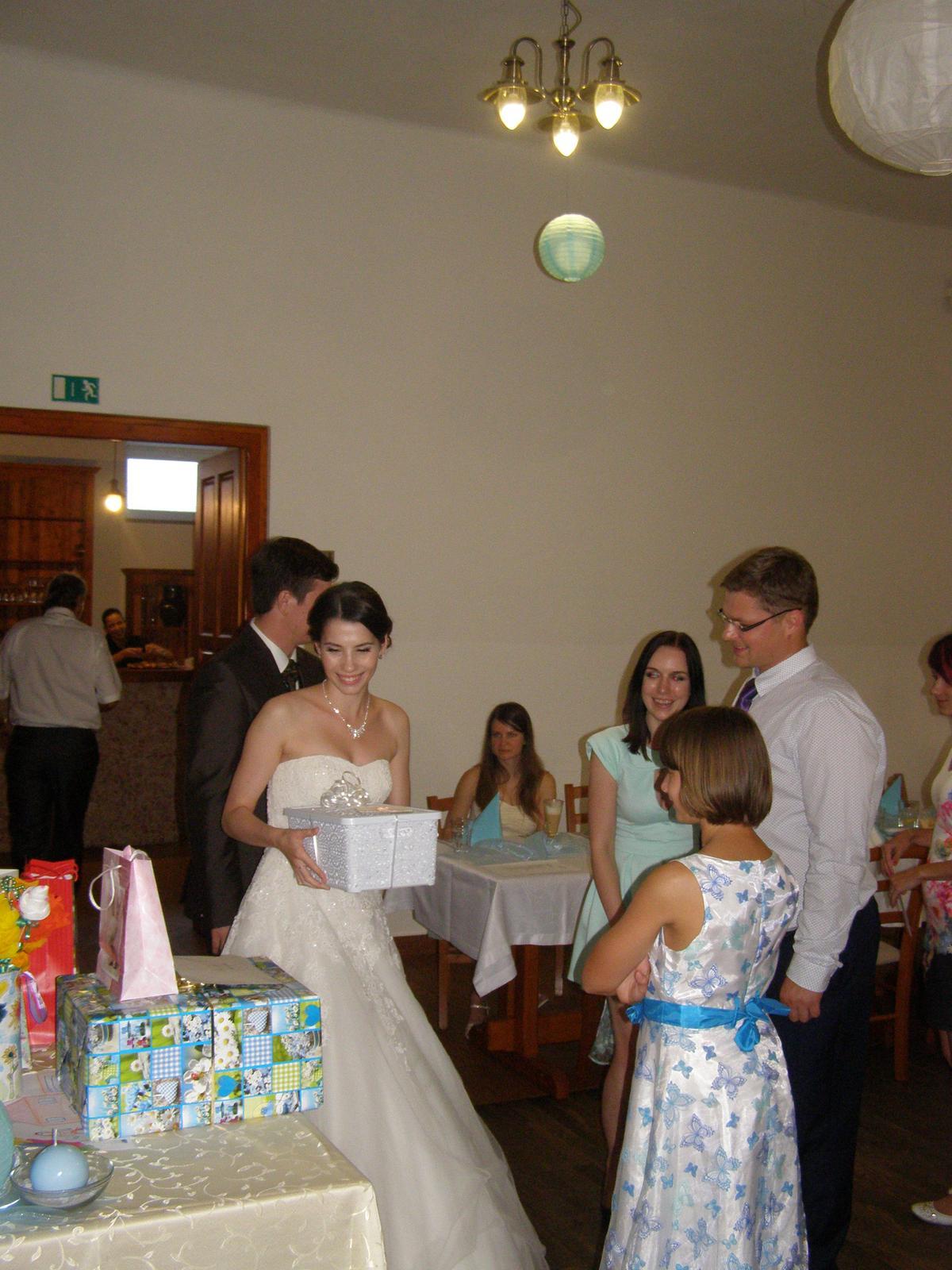 Pivovar Podlesí - svatba 2.9.2016 - ...  předávání svatebních darů.........