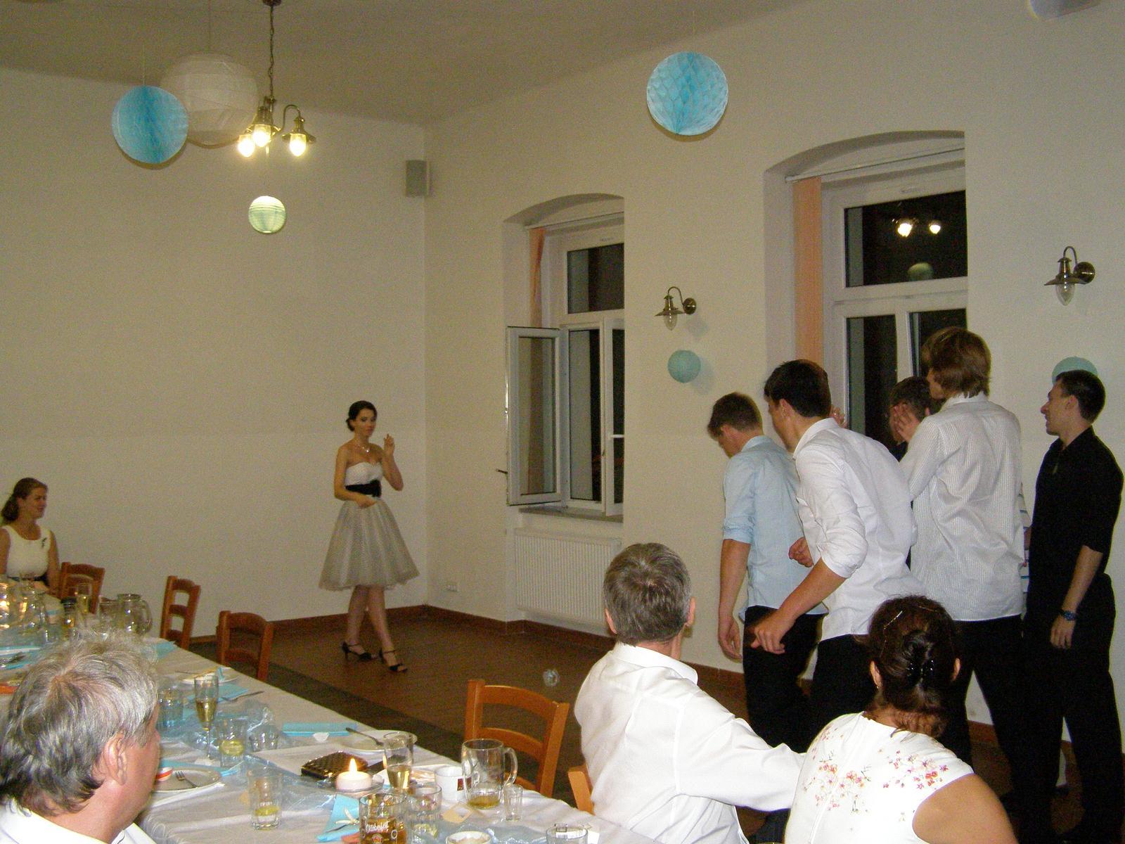 Pivovar Podlesí - svatba 2.9.2016 - .....malá změna... místo kytice svobodným slečnám hází nevěsta svobodným mládencům svůj podvazek.........