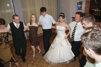 DJ nas uci nejaky grecky tanec