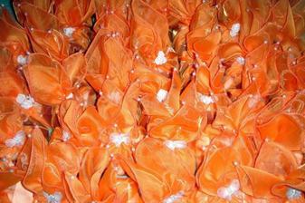 a tu uz aj v oranzovom baleni ... tieto cukricky sme dali na stoly a macovali s organzou natiahnutou cez stredy stolov ... povodne som kupila taku zaclonu a poviem vam bolo co obnitkovavat