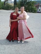 toto som ja v cervenom a v rúžovych šatách je bratrancová žena čo mi robí výzdobu aj kyticu!