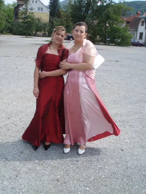 MataPato - toto som ja v cervenom a v rúžovych šatách je bratrancová žena čo mi robí výzdobu aj kyticu!