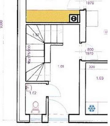 Ideme robiť betónové schody na poschodie (hrubá stavba bez priečok). 1. Mám hydroizolovať prvý schod od základovej dosky? 2. Je lepšie domurovať nenosné priečky, ktoré sú v kontakte so schodami a potom šalovať schody? Alebo je lepšie zašalovať schody, vybetónovať a nakoniec domurovať tieto priečky. 3. Ak je vhodné mať domurované nenosné priečky, mám do týchto priečok votknúť schody, alebo nemám schody viazať s nenosnými priečkami. - Obrázok č. 1