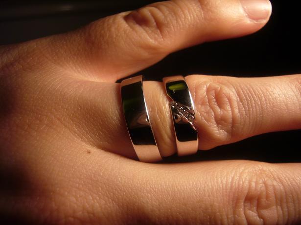 Janka a Majko 1. maj 2009 - Nase krasne prstienky, uz sa nemozme dockat, kedy ich budeme moct nosit..