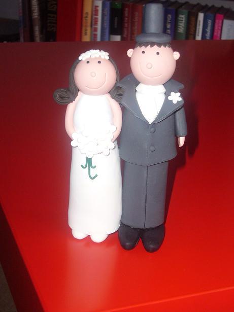 Janka a Majko 1. maj 2009 - Postavicky na tortu, aj sa na nas podobaju...