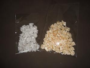 krémové růžičky - po 3 ks dám k mašli, která bude na židli .. a ty bílé, tak to ještě domyslím kam s nima