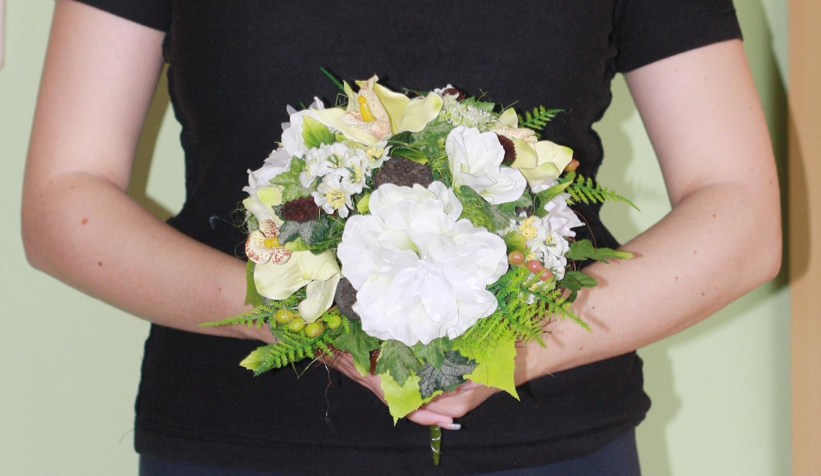 tak dalsia dilema :) snad pomozete, mala som uz davno kyticu, umelu lebo nechcem zive kvety a teraz som si dala urobit susene kytice na stol a jednu taku vacsiu, ktora sa mi zapacila, tak ktoru ako svadobnu? - Obrázok č. 1