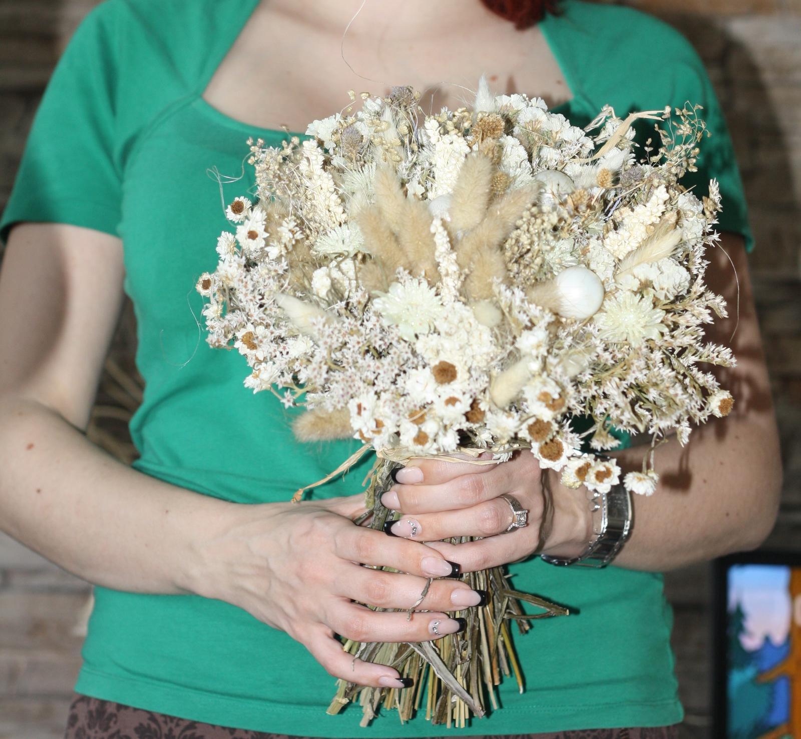 tak dalsia dilema :) snad pomozete, mala som uz davno kyticu, umelu lebo nechcem zive kvety a teraz som si dala urobit susene kytice na stol a jednu taku vacsiu, ktora sa mi zapacila, tak ktoru ako svadobnu? - Obrázok č. 2