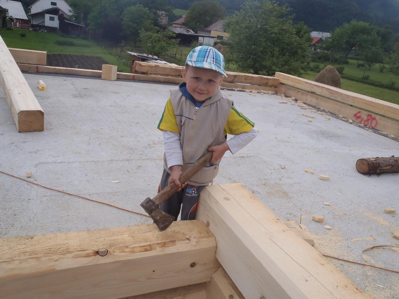 Náš veľký sen o drevenom domčeku! - Náš malý pomocník :-) dogabaný, ale náš :-D