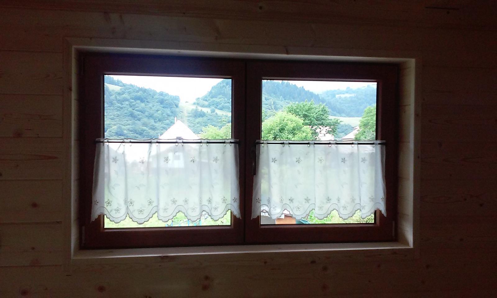 Náš veľký sen o drevenom domčeku! - Už máme záclonky :-) ale boli len počas svadby a potom sa zložili a pokračovalo sa v práci