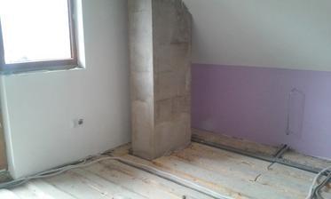 Ešte stierka na komín, podlaha a luster a môžeme tiež stavať nábytok