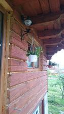 Máme nové kvetináče, kvietky a závesné držiaky.  A treba nám ešte dorobiť lišty a obložky.