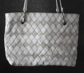 Větší bílá + zlatá kabelka ,