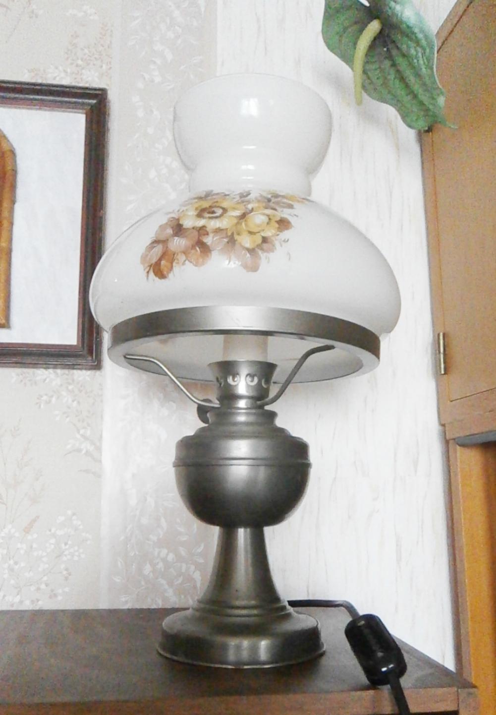 Lampa elektrická petrolejka kovový podstavec, malovaný skleněný kryt - Obrázek č. 1