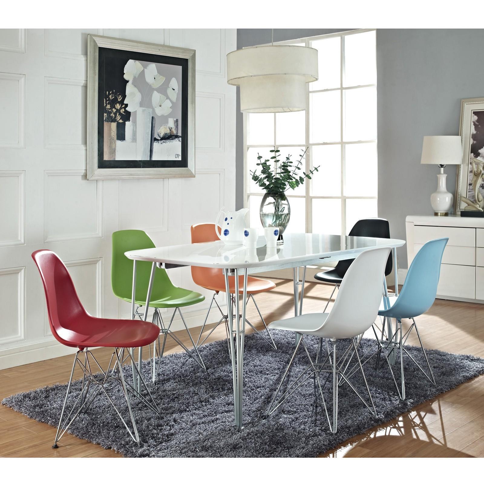 Dizajnové stoličky - Úžasne komfortná stolička Eiffel Chair, ktorá patrí k Eamesovým najznámejším dizajnom. Je vyrobená z plastu a oceľových nožičiek.