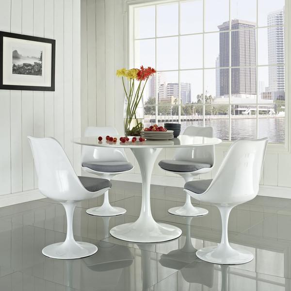 Dizajnové stoličky - Populárna Tulip stolička je inšpirovaná okvetnými lístkami kvetín, ktoré vyjadrujú jednoduchosť a využiteľnosť nábytku. Eero Saarinen mal ambíciu oslobodiť domácnosti od množstva nôh a tak vytvoril jeden podstavec, na ktorom všetko stojí.