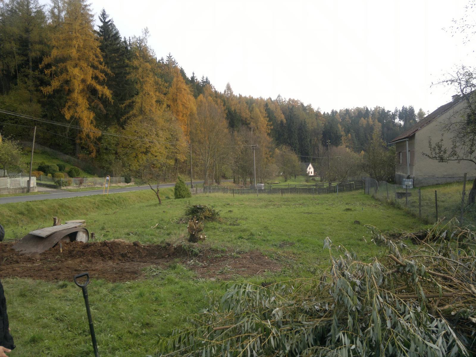Pozemek - tak tady je nas 700m2 pozemecek,uz krasne nachystanej na prijezd bagru :)