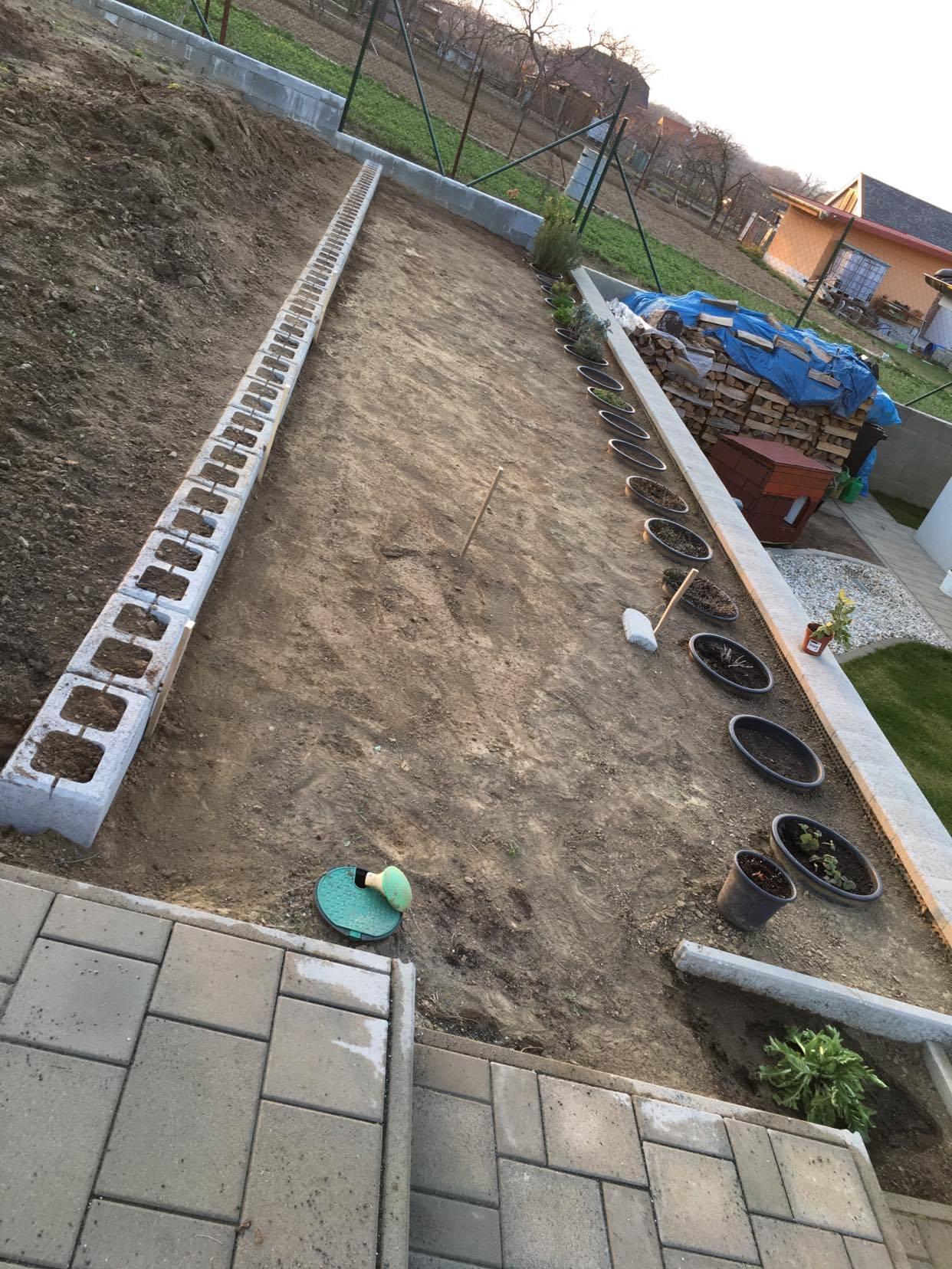 Exteriér - úžitková časť záhrady - ... bylinky ešte upravím obrubníkom a vysypem kôrou, na časť po prvú kaskádu pôjde trávička, v ktorej budú zasadené egreše, ríbezle a josta :-)