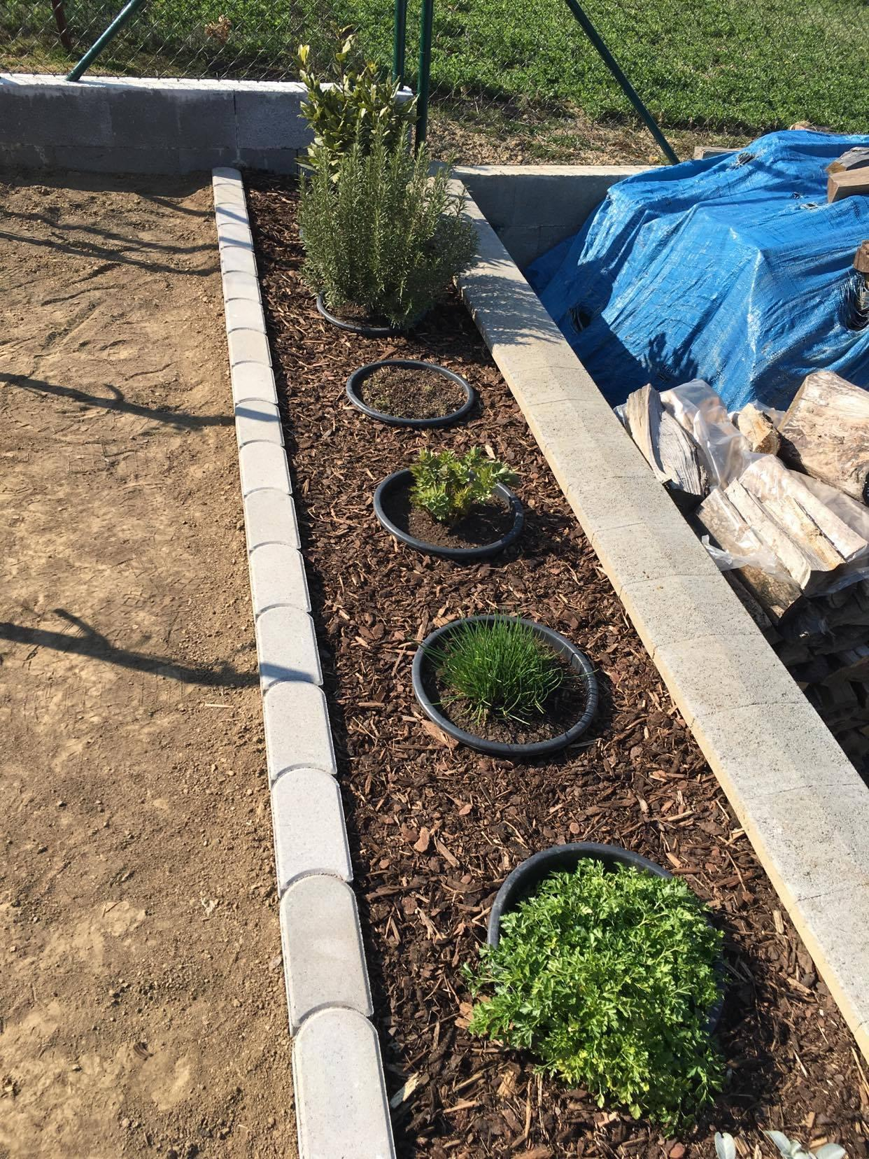 Exteriér - úžitková časť záhrady - ... dnes urobil manžel obrubník pri bylinkách a ja som nasypala so synom kôru, ešte menovky a hotovo :-)