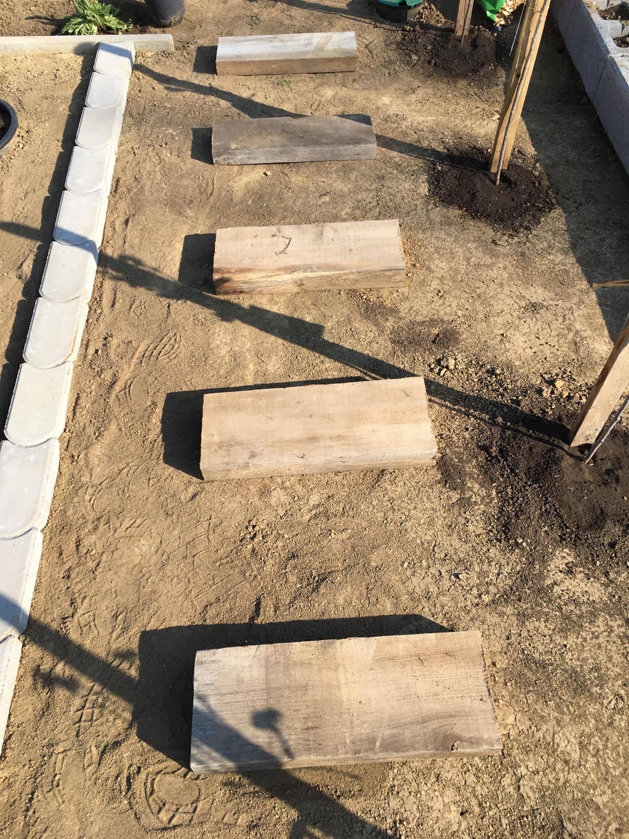 Exteriér - úžitková časť záhrady - ... šlapáky z dreva sa už režú a upravujú :-)