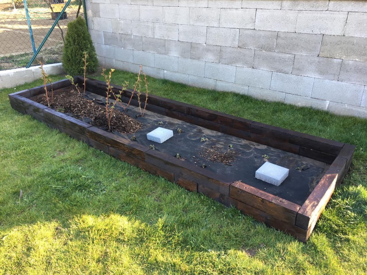 Exteriér - úžitková časť záhrady - ... maliny dostali ohradu, ešte dosypať kôru a hotovo :-)