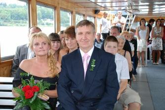 všichni z ženichovi rodiny na místě...