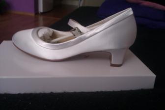 A nesmiem zabudnúť na svadobné topánky.