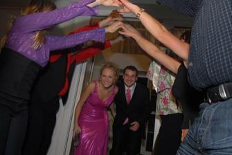 Takouto super bráničkou nás privítali svadobania po polnoci!