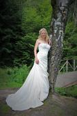 Krémové svatební šaty s vyšívaným korzetem, 38