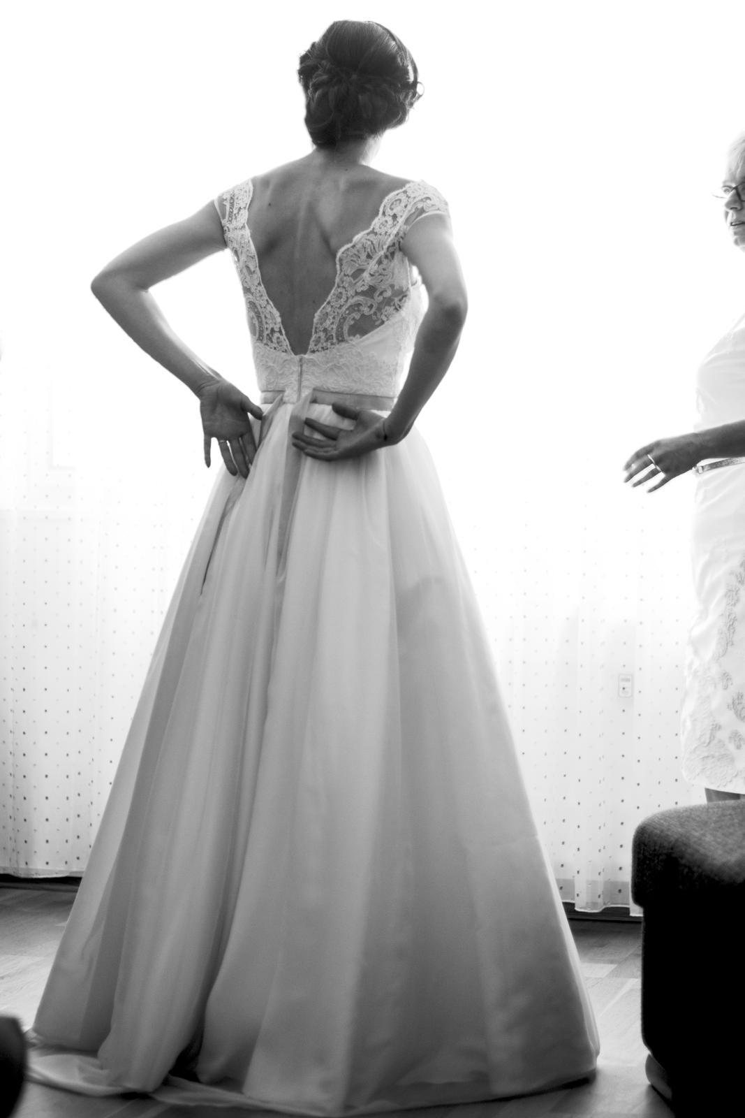Šaty s dekoltom na chrbte - Obrázok č. 1