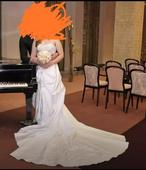 Svatební šaty s dlouhou vlečkou, 38