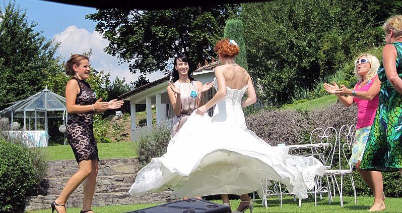 """lsdservis - Nevěsta v krásné zahradě hotelu """"Familly Okoř"""""""
