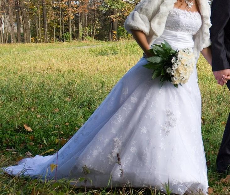 Krajkové šaty s vlečkou - Obrázek č. 1