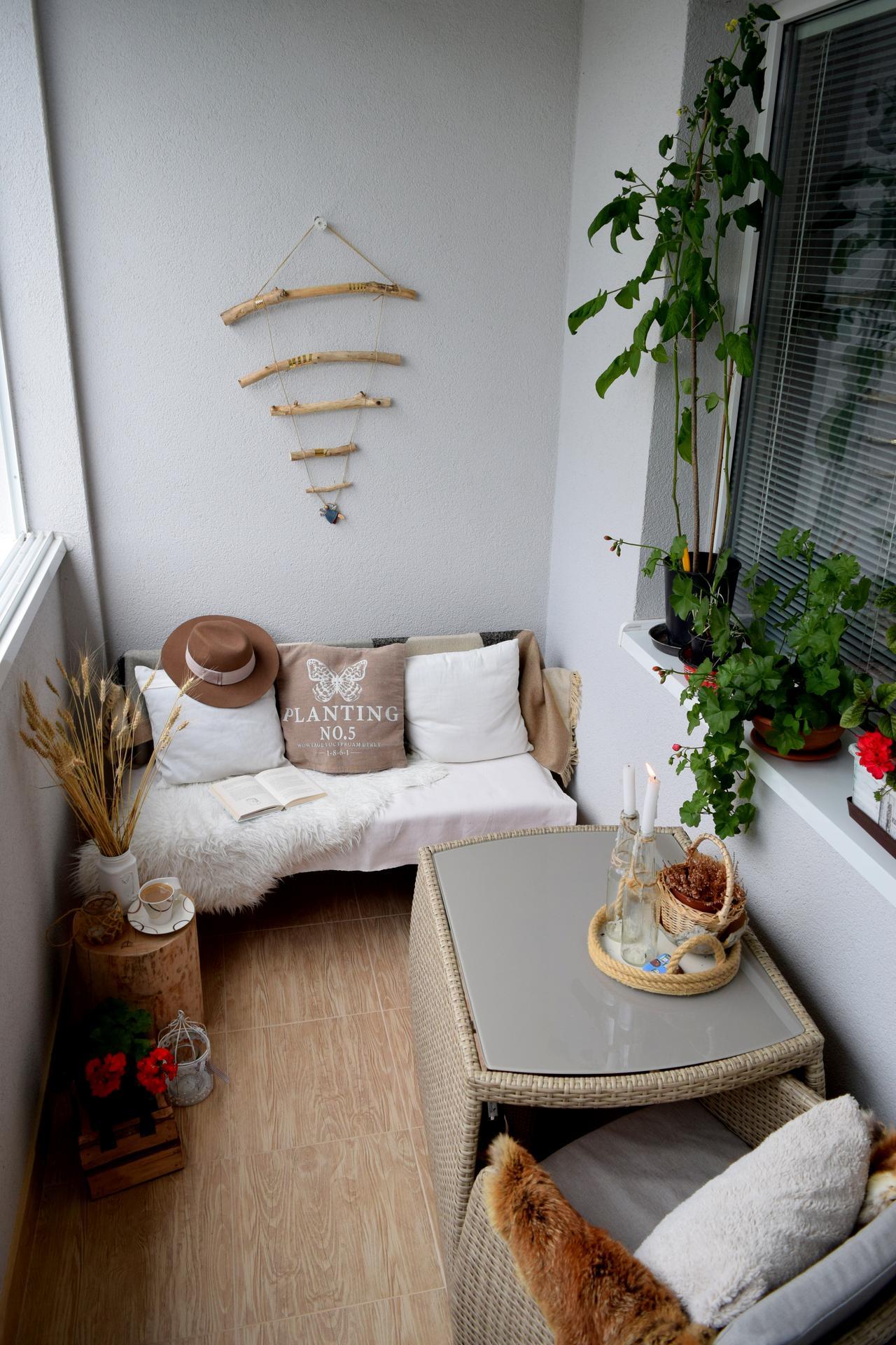 Leto na balkóne - Stačia vankúše, deky, kožušiny, hneď je balkón útulnejší.