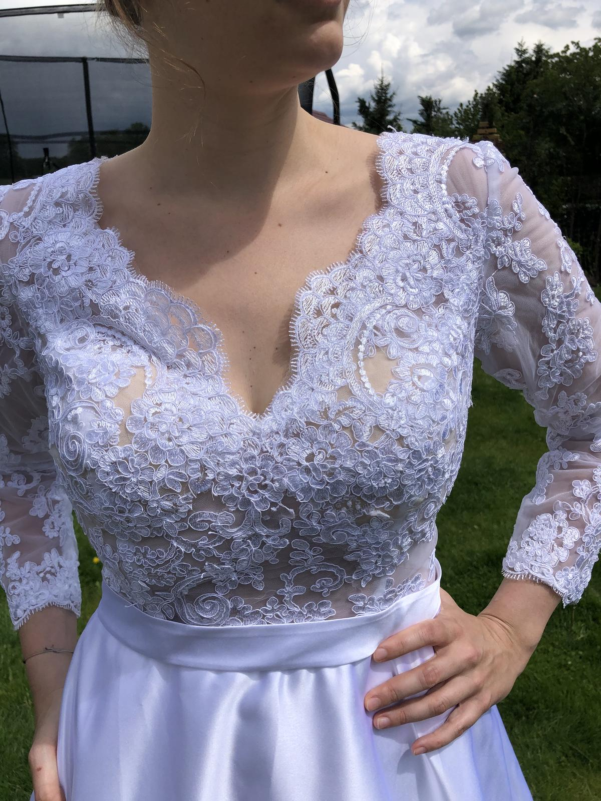 Krasne svatebni šaty se satenovou sukni s kapsami - Obrázek č. 1