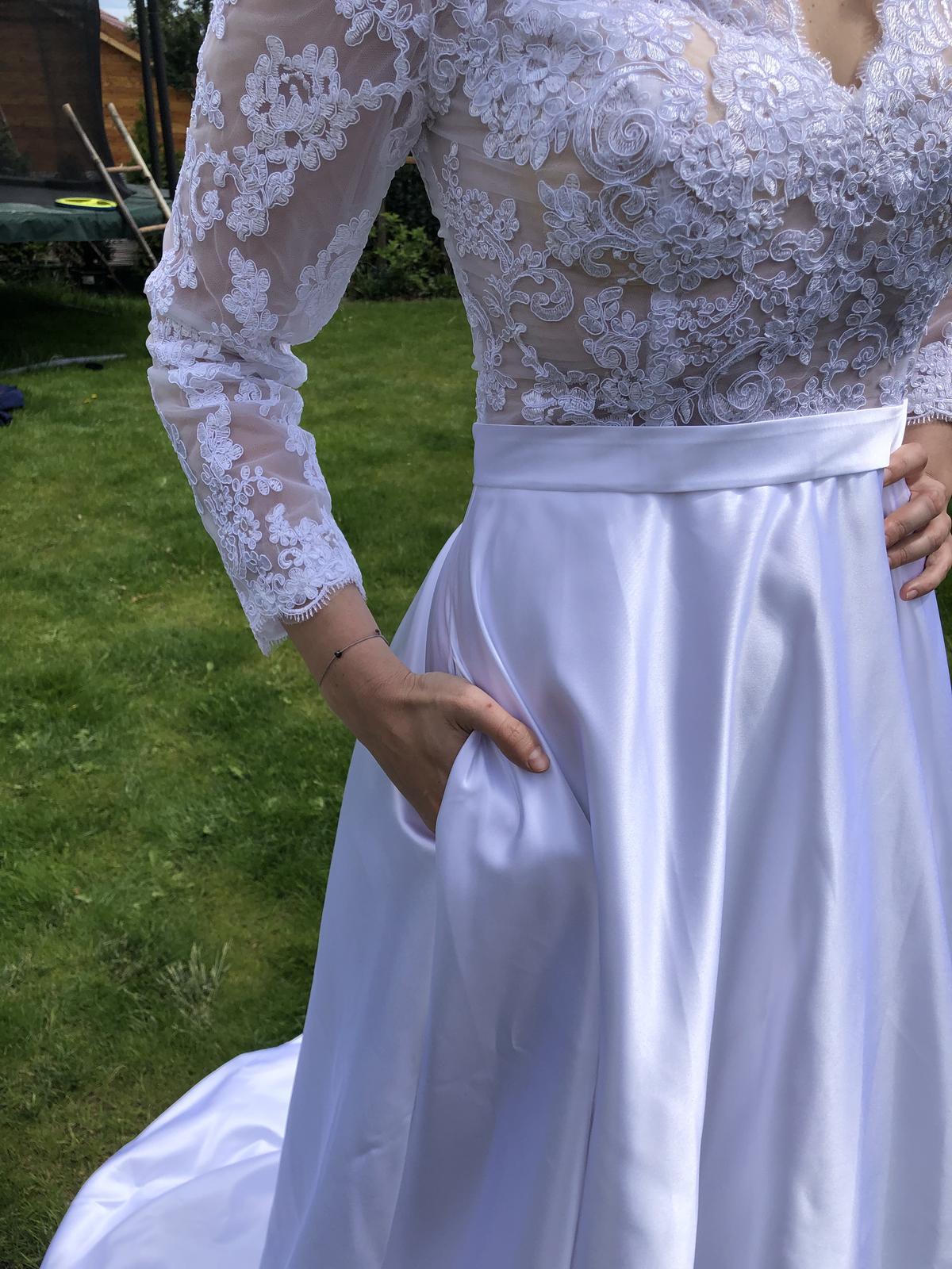 Krasne svatebni šaty se satenovou sukni s kapsami - Obrázek č. 3