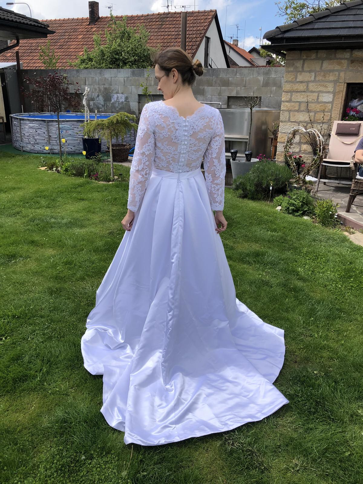 Krasne svatebni šaty se satenovou sukni s kapsami - Obrázek č. 2