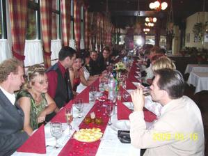 Ozdobeny stol v restaurácii